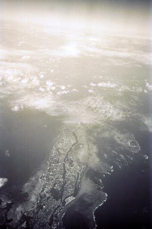 飛行機の窓に映ったのは、まだ行ったことのない島。いつか、日本の島を巡って、その風土を感じて歩きたい。[1997/3 宮古島(沖縄県)]© 2010 風旅記(M.M.) 風旅記以外への転載はできません...