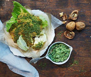 Duka fram några pigga gröna rätter på julbordet så som basilika- och senapsgriljerad blomkål med grönkålspesto. Gott som tillbehör till skinkan och köttbullarna, men rätten kan även serveras som en lakto-ovo-vegetarisk huvudrätt.