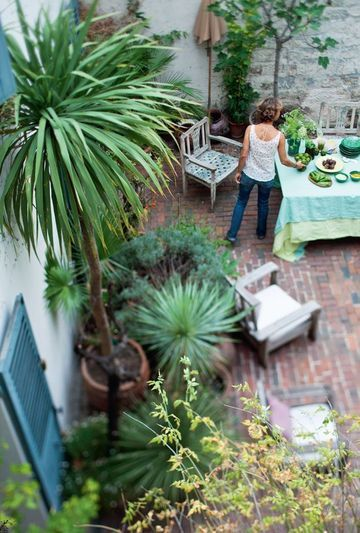 This is an awesome patio!!!Plants Can, Modern Gardens, Pots Gardens, Courtyards Gardens, Court Yards, Outdoor Plants, Beautiful Living, Gardens Design Ideas, Outdoor Spaces