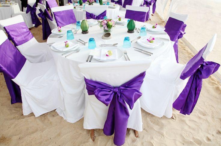 Para as mesas de fora... toda branca com laços roxos e enfeites e bem casados azuis!!!!
