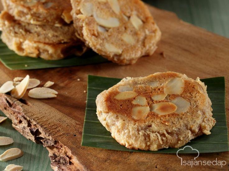 Menambahkan almond ke dalam adonan wingko babat bisa jadi kreasi baru yang belum pernah ada sebelumnya. Cita rasanya jadi makin kaya. Yuk, kita coba buat dengan resep berikut.