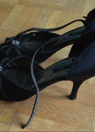 À vendre sur #vintedfrance ! http://www.vinted.fr/chaussures-femmes/sandales/35431184-sandales-en-satin-noir-pointure-36
