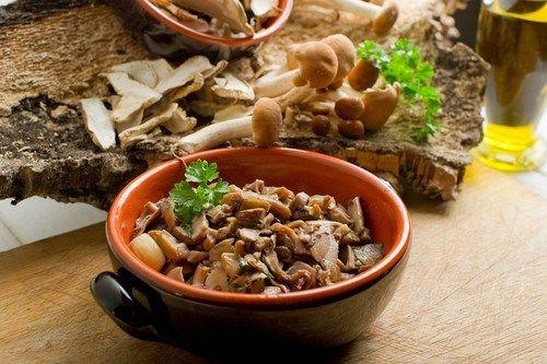 Запеченные грибы с чесноком и травами
