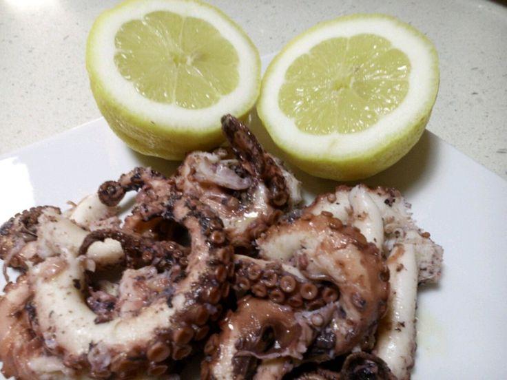 Originale ricetta greca del polipo all'aceto. Considerato un Mezes (antipasto), ottima in abbinamento all'ouzo, la tipica grappa greca all'anice.