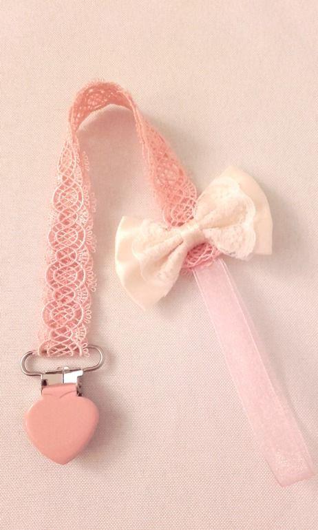 Attache tétine ou sucette spéciale cérémonie, écrue et rose en dentelle pour mariage, baptème pour fille : Puériculture par les-lubies-de-mireille