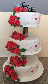 Diese wunderschöne Hochzeitstorte hat Alexandra gebacken.  Tortenständer sind perfekt um mehrstöckige Torte zu Präsentieren!  #pativersand #hochzeit #hochzeitstorte #kundenbilder #rosen #tortenständer    http://www.pati-versand.de/torten-und-kuchen/tortenstaender/