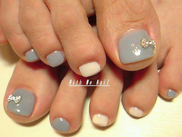 Simple grey and white with rhinestone bow toe nail art pedi
