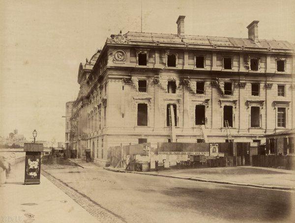 Braquehais : Cour de cassation, quai de l'Horloge, Paris 1871. Les travaux du nouveau Palais de justice étaient en voie d'achèvement quand le bâtiment fut incendié dans la journée du 24 mai 1871. La Sûreté parisienne va être installée dans les locaux du n° 7 quai de l'Horloge (l'entrée se trouve à hauteur de la guérite).