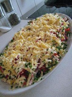 """Салат """"Пикантная нотка"""" / слоями: салат айсберг, шампиньоны, куриное филе, помидоры, сыр, чесночный майонез"""