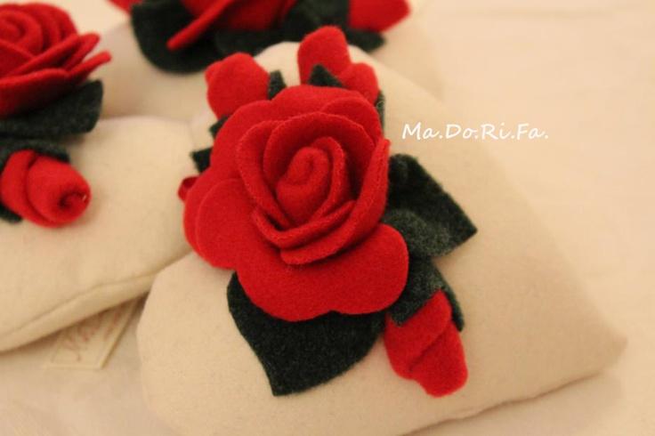 cuore in panno con rose rosse