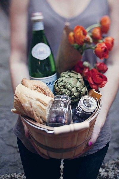 Housewarming.: Gift Baskets, Gifts Baskets, Gifts Ideas, Summer Picnics, Food, Picnics Baskets, Hostess Gifts, Housewarming Gifts, Picnic Baskets