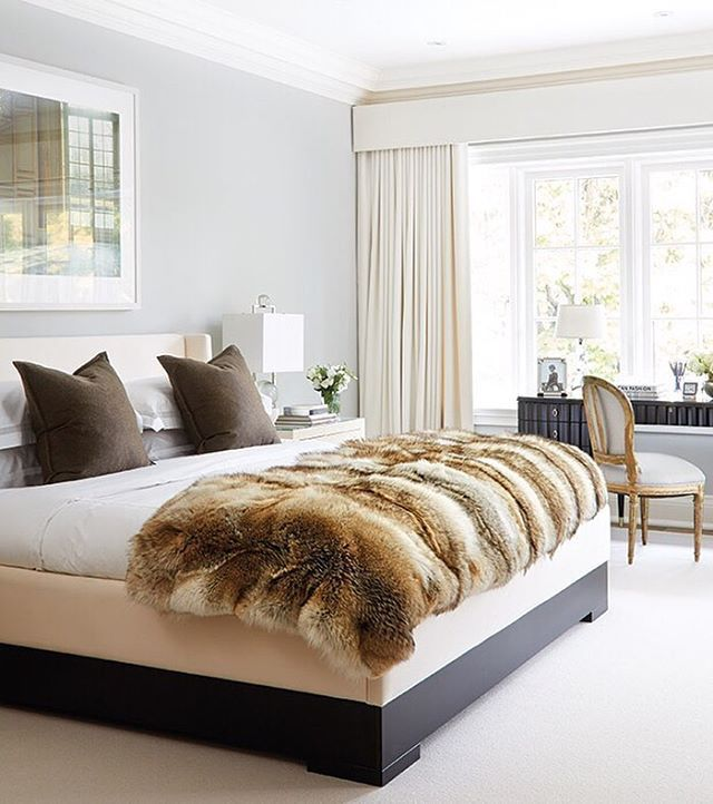 We're taking notes from this soothing grey, cream and chocolate color palette. The combination works wonders when achieving a calming bedroom. 😴 📷 via @houseandhomemag