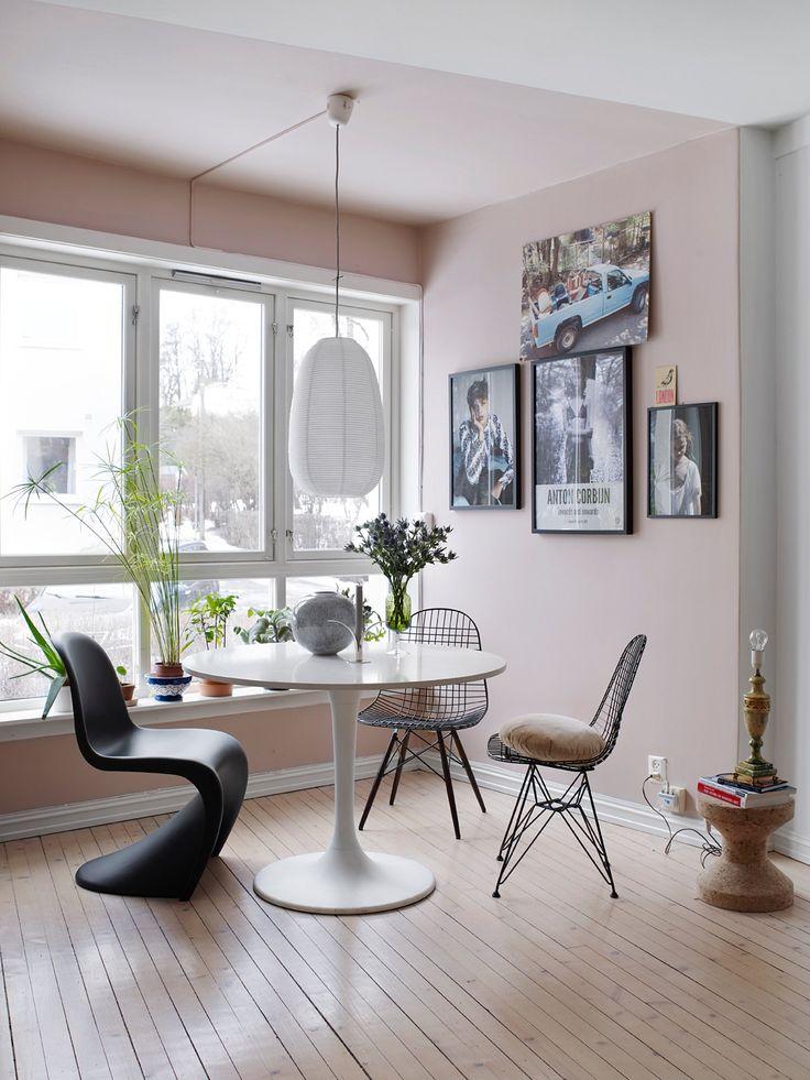 Spiseplassen er plassert i stua, iflommen avdagslys fra vinduet.   Spisesonen er malt som en rosa boks, i fargenAnemon 656 fra Beckers.   Wire Chairdesignet av Eames, og Panton Chairdesignet av Verner Panton, er begge fra Vitra.Papirlampen fra Ikea skal snart byttes ut. Foto: Birgit Fauske
