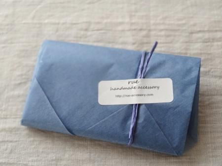 ピアスの梱包(ラッピング)/カラー薄葉紙をおしゃれに活用! - ハンドメイドアクセサリー「rue」のアイテムと、アクセサリーのラッピング、発送、梱包、おしゃれな食品パッケージについてのブログ
