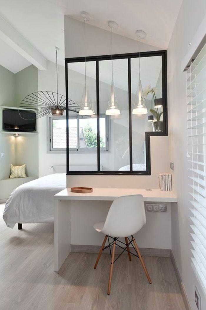 casas-minimalistas-en-blanco-dormitorio-techo-inclinado-espacio-pequeño