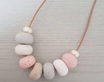Collar de arcilla de polímero - collar rosa gris arcilla blanca, arcilla polimérica, bisutería de arcilla de polímero, cuentas de collar, color de rosa, collar regalo