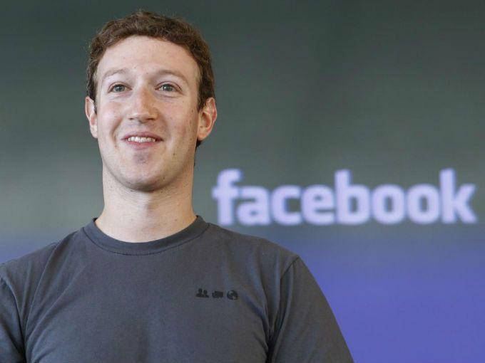 """Mark Zuckerber, empresario estadounidense de 27 años, fundador y presidente de Facebook, admite ser admirador de empresas como Amazon, Apple o Google, en una entrevista que publica hoy The Wall Street Journal.  """"Amazon es un buen ejemplo de quienes se centran a largo plazo y aceptan márgenes más pequeños en el corto plazo"""", afirmó el multimillonario neoyorquino, quien dijo que durante años la gente pensaba que su consejero delegado, Jeff Bezos, """"era un loco""""."""