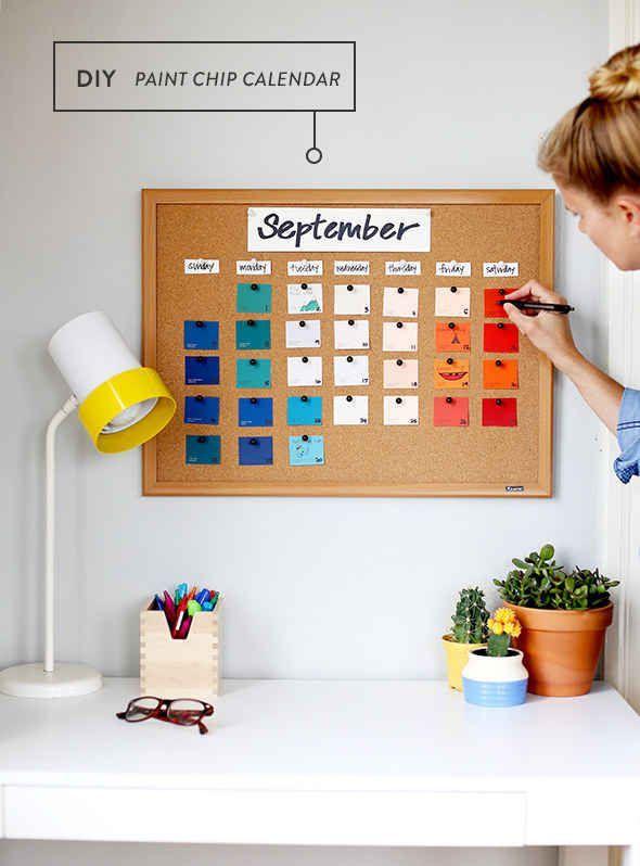Room Art -                                                              Pega muestras de pintura en una cartelera de corcho para hacer un calendario colorido y barato.