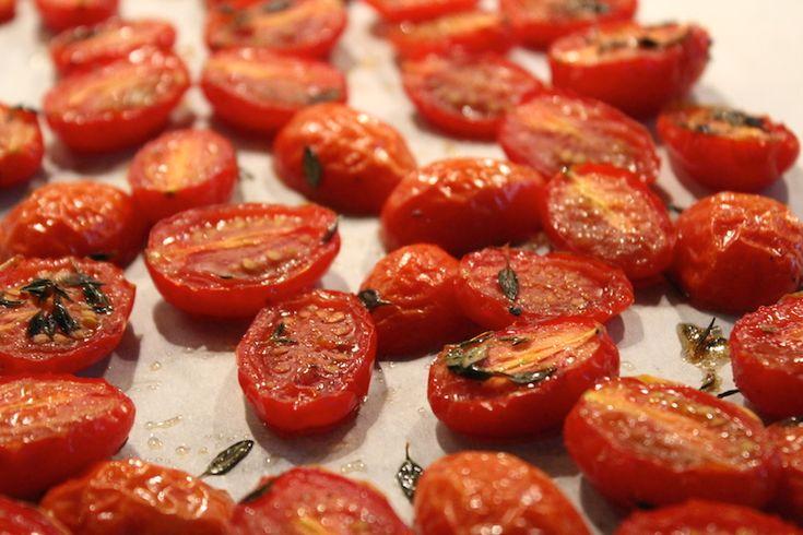 Zongedroogde tomaten, wie kent ze niet? Wanneer er weer mooie tomaatjes in de winkel liggen, is dit een van de eerste dingen die ik graag maak. Alleen dan wel uit de oven, want in de Nederlandse zo...