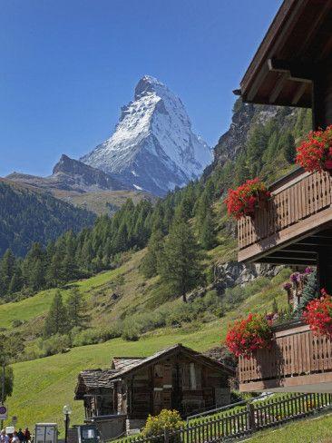 Zermatt se situe au fond de la vallée du Mattertal, au pied du Cervin à une altitude de 1 620 m, dans le Haut-Valais, la partie alémanique du canton. Zermatt, Canton Valais, Switzerland