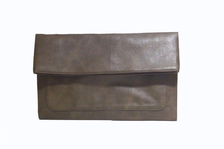 Freesia clutch bag #clutchbag #taspesta #handbag #clutchpesta #fauxleather #kulit #folded #dove #simple #casual #coffee Kindly visit our website : www.zorrashop.com