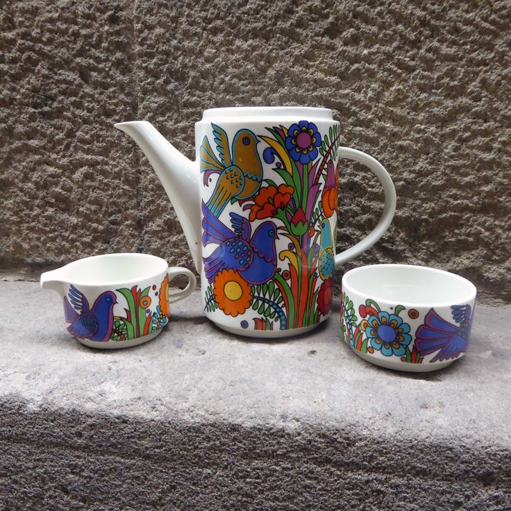 German Villeroy & Boch with the Acapulco pattern set.  The motif is a happy picture of birds and flowers in funky colours. These spectacular pieces with the Acapulco pattern were designed by Christine Reuter. She was inspired by a trip to Acapulco city in Mexico on the west coast. The colours orange , blue, yellow …