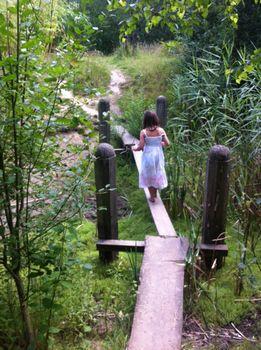 Geniet met je blote voeten van 2 kilometer lang gras, modder, de leemkuil, water, zon en regen. Klauter over boomstammen, speel in de ondiepe gracht om het tropisch eiland, plons van de glijbaan in de leemkuil. Sluit je ogen op het zintuigenpad en buig jezelf in de yogahoudingen in de yogawei. Het kan allemaal op onsLees verder