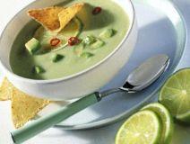 Avocadosoep is lekkere romige soep met veel gezonde vetten die als voorgerecht geserveerd kan worden. Dit recept is voor 4 personen en de bereidingstijd is ongeveer 15 minuten. Ingrediënten: - 2 avocado's (rijpe) - 3 bosuitjes - 100 gram amandelen - 1...