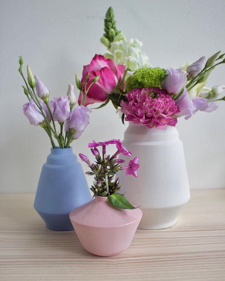 Mooie bloemen gekregen van collega's! Gelukkig had ik nog een paar vaasjes thuis staan  dadelijk naar het atelier om te glazuren. Onder andere een zwarte Vivian en die gaat heeeel tof worden!