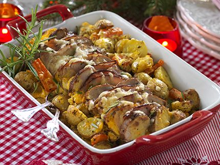 Med smaksatt crème fraiche, fläskfilé och rotfrukter gör du snabbt och lätt denna härliga festgratäng! Fläskfilé på rotfruktsbädd 4 port 800 g delikatesspotatis 3 morötter 2...