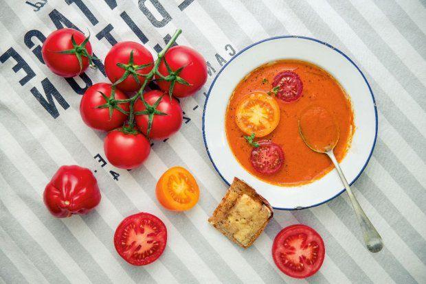 Zupa pomidorowo-pomarańczowa z serowymi grzankami