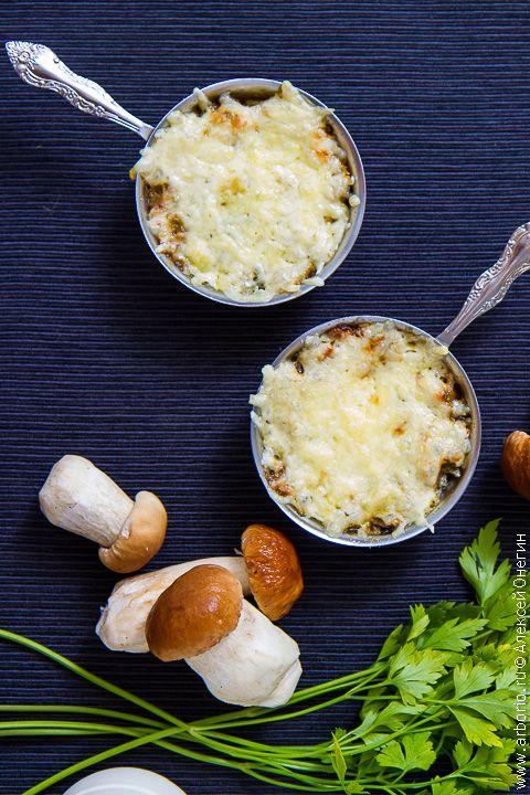 Грибы в сливочном соусе, посыпанные тертым сыром и запеченные в кокотнице до золотистой корочки - вот что такое жюльен из грибов, и пусть вас не обманывает его французское название: блюдо это - стопроцентно русское.