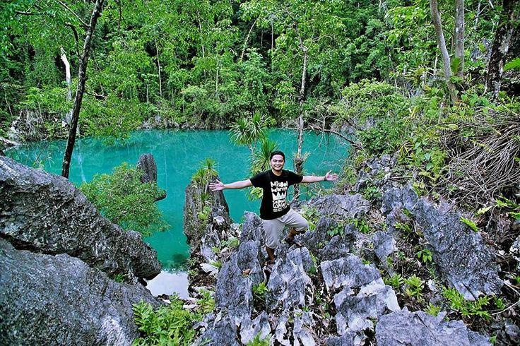 Blue Lagoon at Labengki Island, Southeast Sulawesi.  Memandangi danau luas dengan warna airnya yang tampak biru sejernih kristal sangat menenangkan. Suasana hening, udara yang segar, dan air yang jernih serta pemandangan dinding batu kapur yang menjulang tinggi menjadi pemandangan yang sulit dilupakan.   www.tukangjalan.com  . . .  #Labengki #Sombori #bluelagoon #pulaukhayangan #pesonaindonesia #wonderfulindonesia #tukangjalan #tukang_jalan #tukangjalantrip #wisataindonesia #explorelabengki