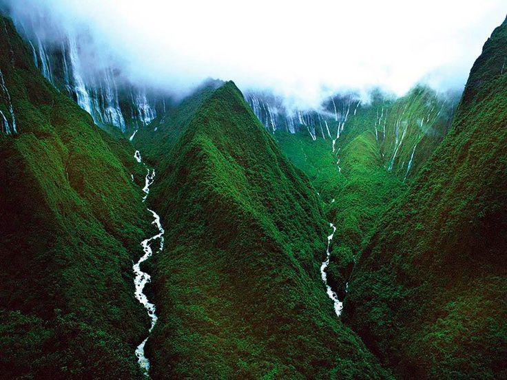 Водопад Хонокохау — доисторические пейзажи эпохи динозавров / Waterfall Honokokhau - prehistoric landscapes of the era of dinosaurs     Гавайские острова облюбованы туристами давно и прочно. Тут и чудесные пляжи, и восхитительная природа, и множество всевозможных достопримечательностей . Но есть среди прочего совершенно особенное место — водопад и его окрестности на острове Мауи, сокрытые от глаз путешественников благодаря своей труднодоступности.
