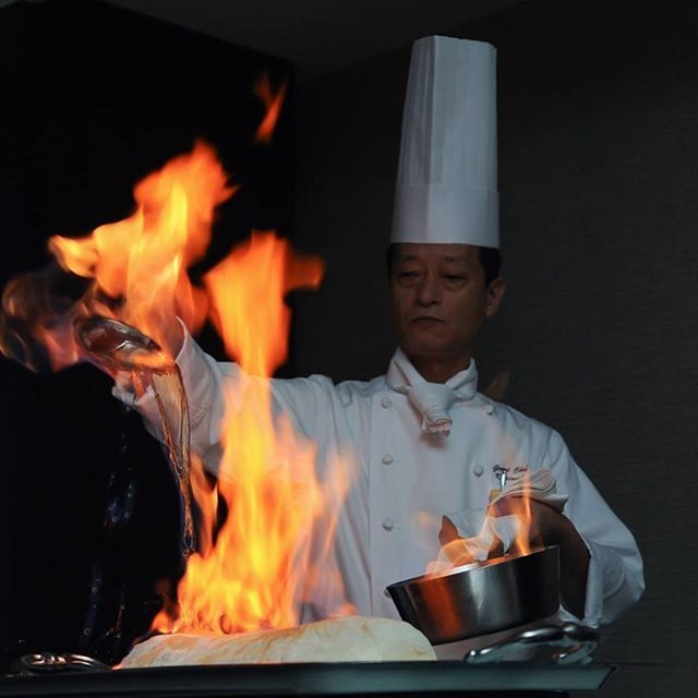 ホテルの料理長による塩釜パフォーマンス🔥🔥 披露宴での余興代わりにもなり、目で見て楽しく👀✨食べて美味しい😋🍴と大人気です😄🎶 ホテルのフルコース試食会で振る舞われることもございますので、お問い合わせはホテルのお電話へお願い致します😃📞🎶 ☎042-525-1211(婚礼営業)  #立川 #立川グランドホテル #料理 #塩釜パフォーマンス #料理長 #ウェディング #余興 #東京 #塩釜焼き #結婚式 #写真光陽