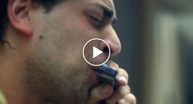 Músico De Rua Faz Extraordinária Atuação Usando Uma Gaita De Boca