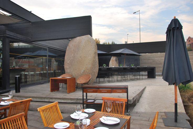 Restaurante Mestizo, Santiago, Chile. Com um projeto arquitetônico arquitetônico e paisagístico de encher os olhos, de autoria do arquiteto chileno Smiljan Radic é reconhecido internacionalmente. Culinária típica e influências da cozinha mediterrânea.