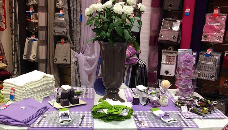 Table aux couleurs du Lavandou: Doubles rideaux 140x260, voilage œillets 140x280, Nappe en polyester 160x280, chemin de table 45x150, Set de table et des éléments de décoration.