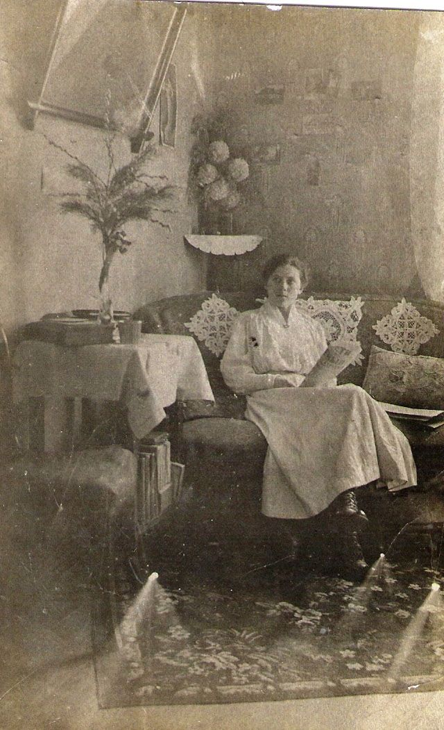 Victorian-Edwardian Living Room – 36 Interesting Vintage Pictures Show People in Their Parlors Over 100 Years Ago