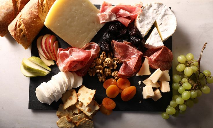 Ανοίγεις το ψυγείο. Ευτυχώς που 'χεις μανία με τα τυριά και έχεις πάντα. Ξέρεις, όμως, τον συνδυασμό ενός σωστού πλατό τυριών που δεν θα απογοητεύσει και θα αρέσει σε όλους;