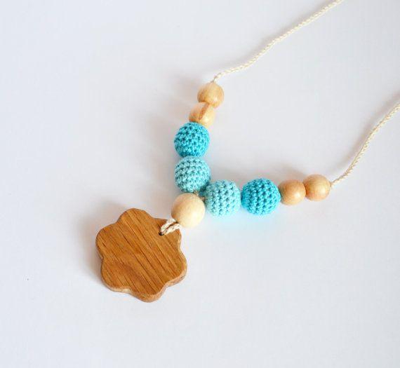 Collier de dentition bleu ciel - bonneterie Nursing collier - Aqua Nursing en bois  * Cet article prêt à navire * ------------------------------------  Collier de couleur douce sera un jouet préféré pour vos miettes ! Ces collier avec des perles de différentes textures ammenera votre enfant à gérer au cours de lalimentation ou voyageant dans une écharpe. Ils sont donc idéales comme jouets de dentition.  LES DÉTAILS SUR LES -Les perles en bois (hêtre, genévrier) sont couverts de crochet avec…
