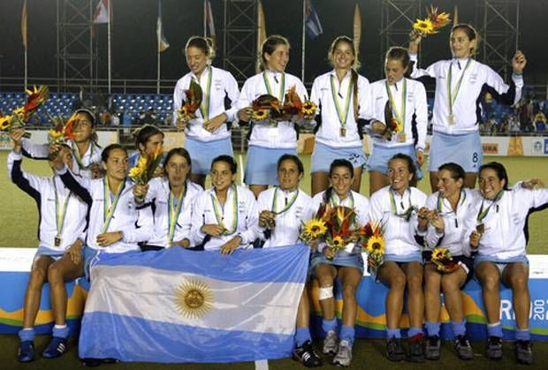 Estas jugadores son del equipo nacional de hockey sobre césped. Hockey sobre césped es el deporte femenino número uno en Argentina.