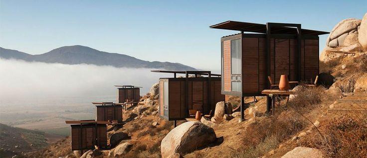 Ubicado en lo alto de uno de los cerros que rodea al fantástico Valle de Guadalupe, este hotel busca conquistar al viajero con su original propuesta arquitectónico-sustentable que mira hacia los viñedos. ¡Conócelo!
