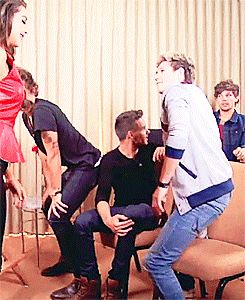 {gif} Narry twerking! ARE WE NOT NOTICING HARRY IN THE BACKGROUND WHAT IS HE DOING