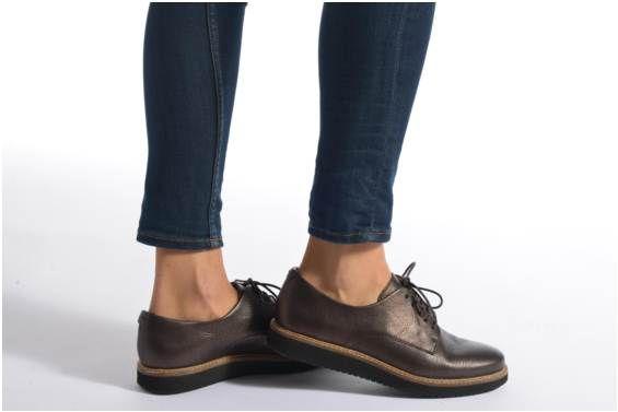 Scarpe con lacci Clarks Glick Darby modello indossato
