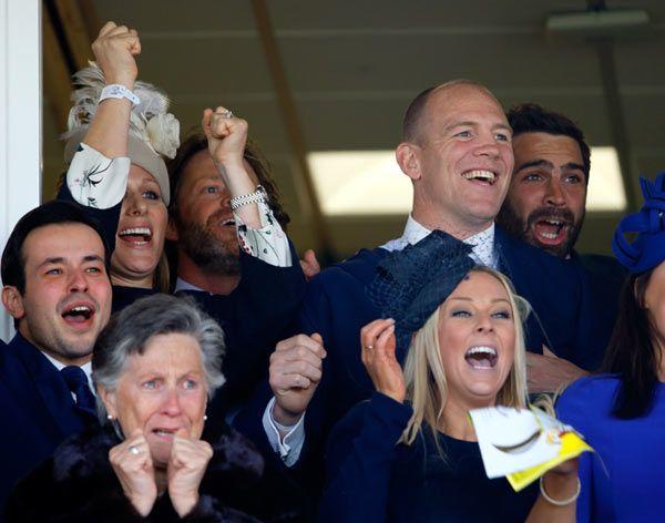 Zara Phillips y Mike Tindall celebran locos de contentos el tercer puesto de su caballo 'Monbeg Dude0 y los 145.000 euros ganados en la carreras