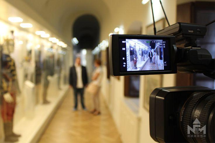 Takács Zoltán Bálint a Sárvári Televízió munkatársainak mutatta meg az új huszárkiállítást. A tárlatvezetésről felvétel készült.