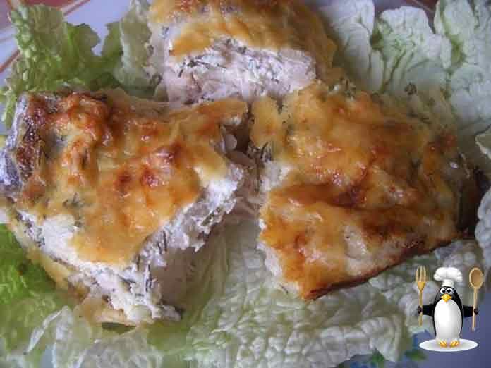 Это блюдо готовится очень легко, а рыба получается довольно сочной, ароматной и нежной... Кстати, рыба, запеченная со сметаной, имеет гораздо меньшую калорийность, чем с майонезом или жареная. Это блюдо выигрывает и по вкусовым данным. Попробуйте обязательно. ИНГРЕДИЕНТЫ  Рыба (хек, минтай) 2 кг.; Растительное масло для жарки; Лук 3 средних шт.; Мука для панировки; Сметана 400 г.; Специи, соль по вкусу; Яйца 2 шт.; Горчица по вкусу; Сыр твердых сортов 150 г.; Укроп маленький пучок…
