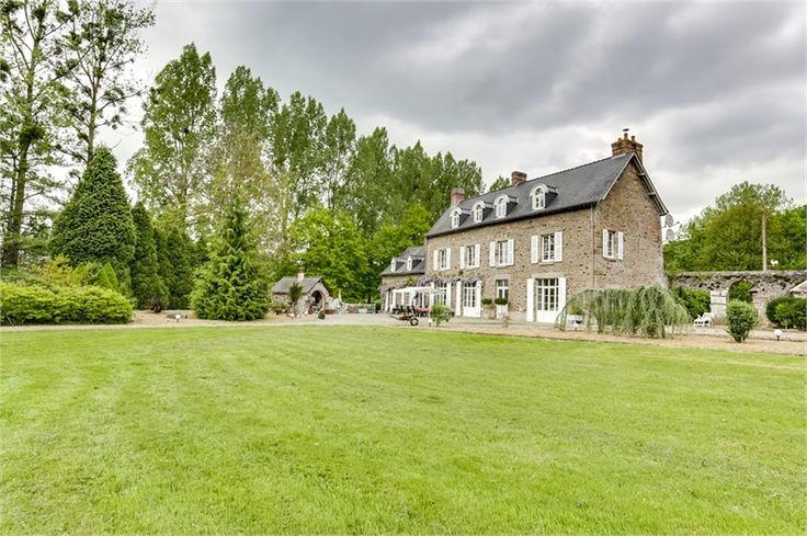 Magnifique chateau du 18e siècle à vendre chez Capifrance à Mayenne.     > 330 m², 10 pièces dont 7 chambres et un terrain de 1 HA.    Plus d'infos > Jean-Christophe Develter, conseiller immobilier Capifrance.