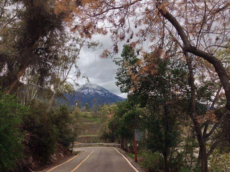 Vista del cerro Manquehue desde la bajada de La Pirámide
